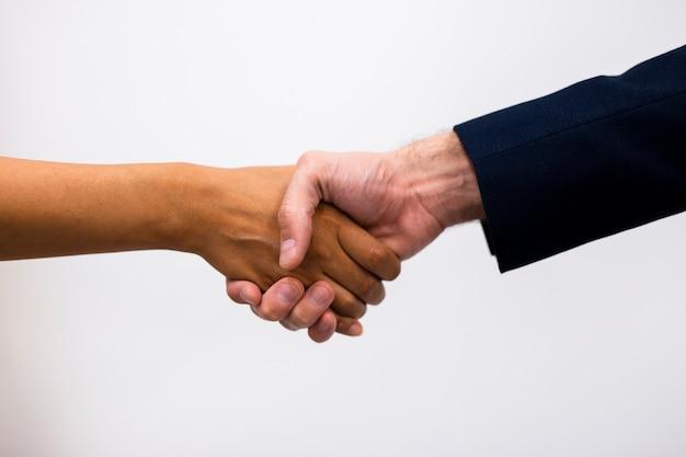 Sukces współpracy biznesowej uścisk dłoni