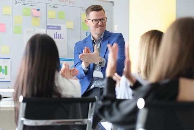 Sukcesy biznesmen brawo na konferencji przed swoimi studentami