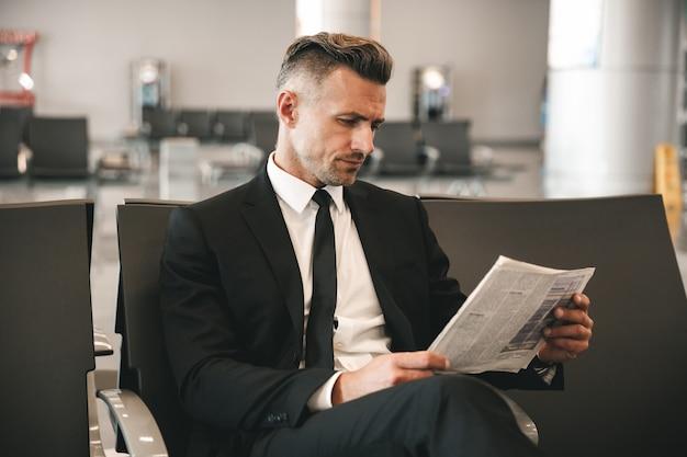 Sukcesy biznesmen czytanie gazety