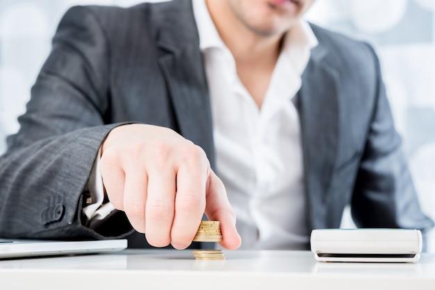 Sukcesy biznesmen liczenia pieniędzy