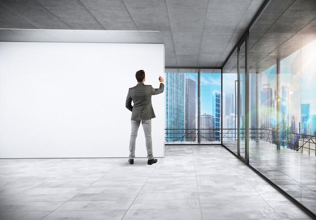 Sukcesy biznesmen pisze w sali konferencyjnej
