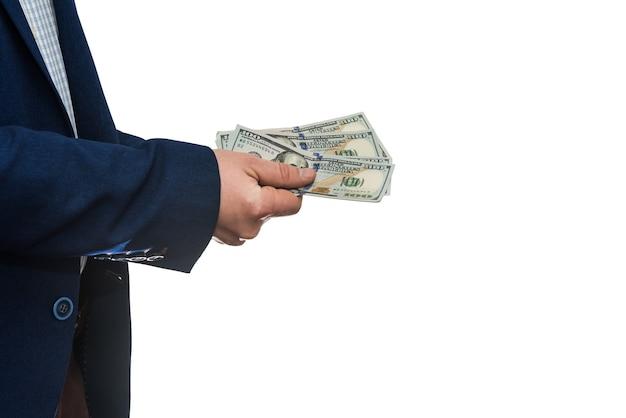 Sukcesy biznesmen posiadający pieniądze w gotówce dolar amerykański na białym tle na białej ścianie