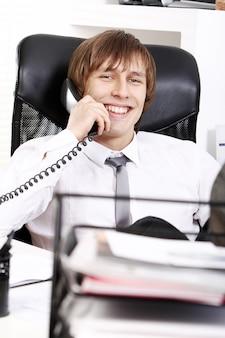 Sukcesy biznesmen rozmawia przez telefon