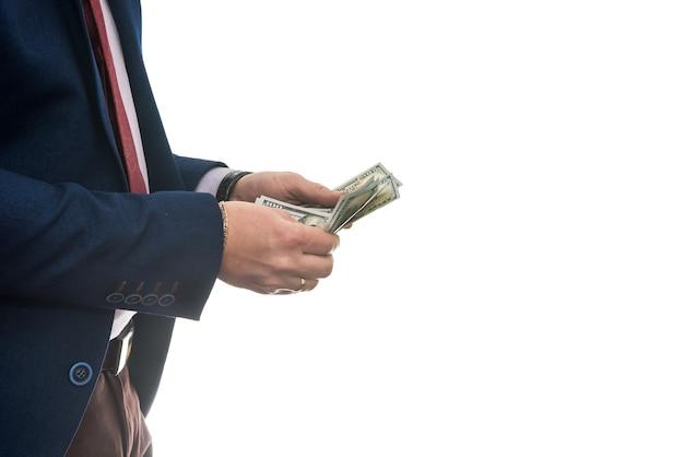 Sukcesy biznesmen trzymając pieniądze w gotówce dolara amerykańskiego na białym tle
