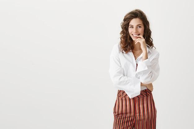 Sukcesy bizneswoman uśmiecha się entuzjastycznie