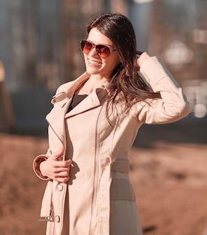 Sukcesy młoda kobieta stojąca na ulicy w pobliżu biurowca. ludzie biznesu