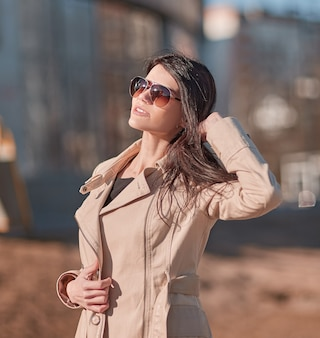 Sukcesy młoda kobieta stojąca na ulicy w pobliżu biurowca