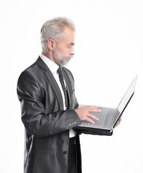 Sukcesy pewnie biznesmen patrząc na camera.isolated na białym tle.