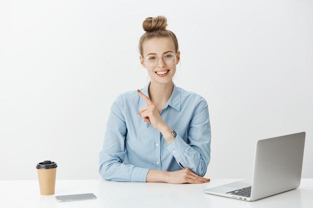 Sukcesy przedsiębiorca żeński w koszuli z niebieskim kołnierzem