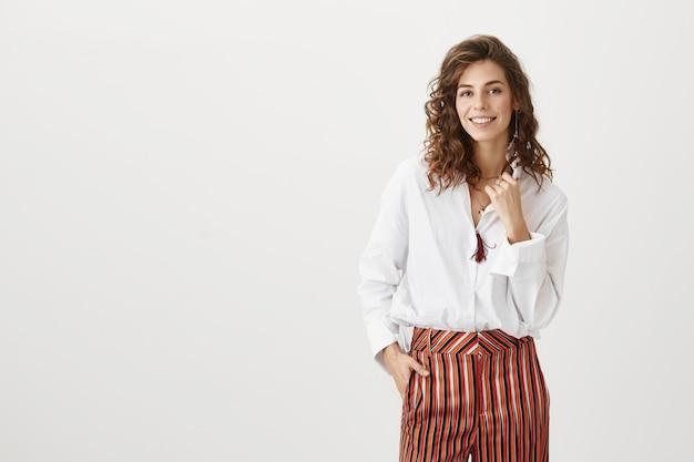 Sukcesy żeński przedsiębiorca z uśmiechem