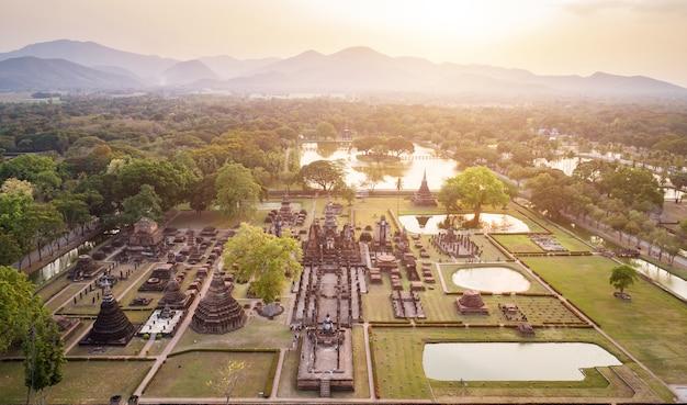 Sukhothai dziejowy park w sukhothai prowinci północnym tajlandia.