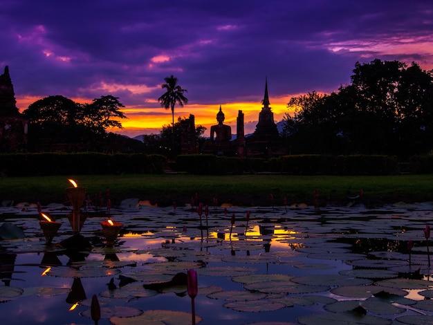 Sukhothai dziejowy park zaświeca up noc przy sukhothai, tajlandia