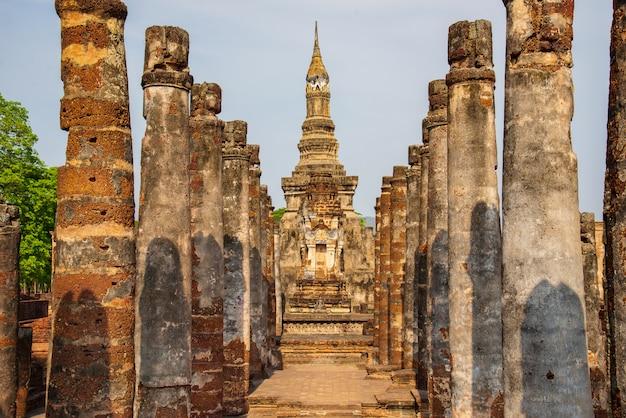 Sukhothai wat mahathat buddha statuy przy wata mahathat antycznym kapitałem sukhothai, tajlandia. park historyczny sukhothai jest światowym dziedzictwem unesco.