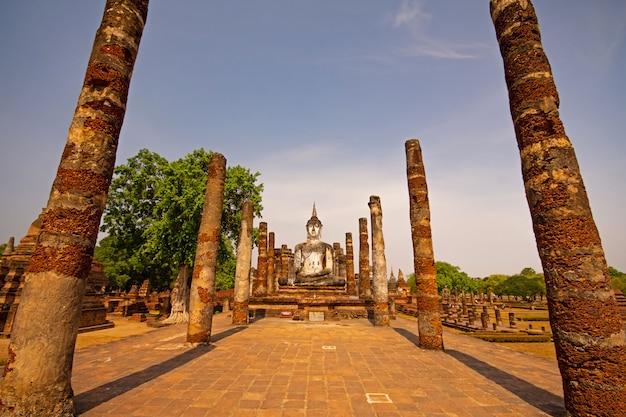 Sukhothai wat mahathat buddha statuy przy wata mahathat antycznym kapitałem sukhothai, tajlandia.
