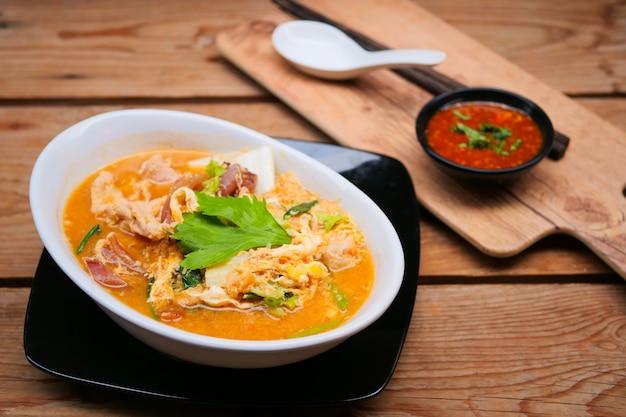 Suki yaki to zupa z makaronem i owocami morza