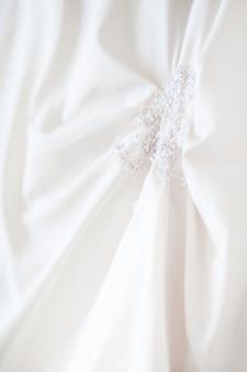 Sukienka panny młodej z haftowanymi elementami i koralikami