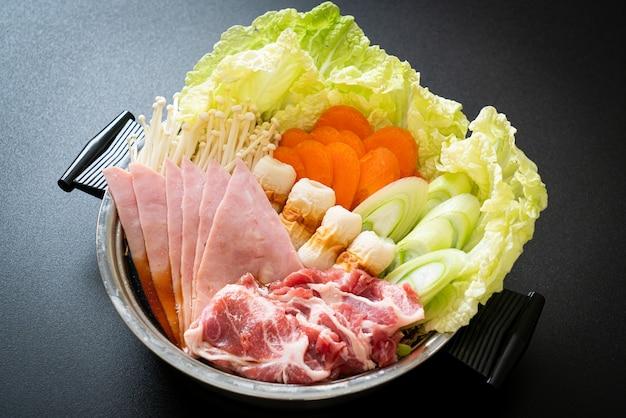 Sukiyaki lub shabu hot pot czarna zupa z surowym mięsem i warzywami - po japońsku