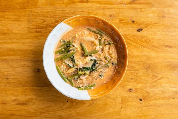 Sukiyaki (styl tajski) na drewnianym stole, z bliska i widok z góry.