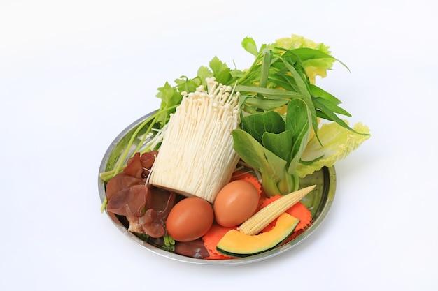 Sukiyaki warzywne na białym tle