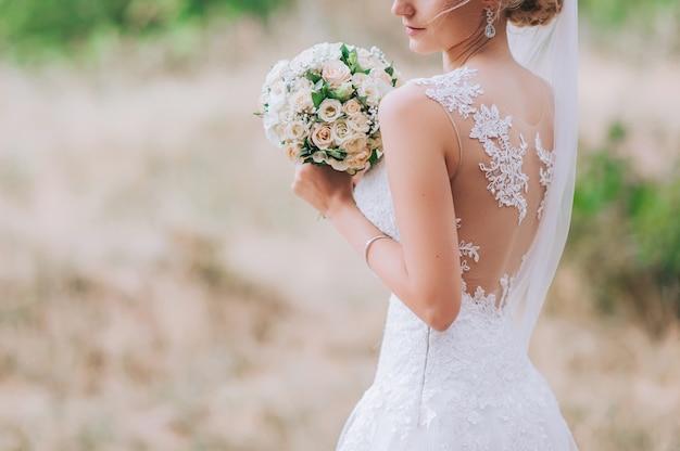 Suknia ślubna, obrączki ślubne, bukiet ślubny