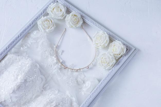 Suknia ślubna, obręcz, róże w białej ramce