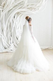 Suknia ślubna w białym pokoju