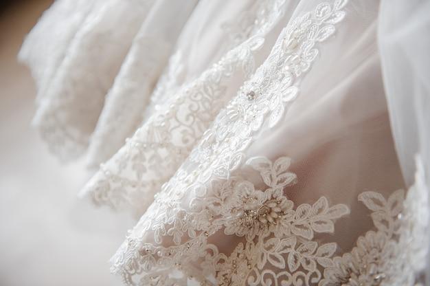 Suknia ślubna. zamknij zdjęcie. haft na sukience.