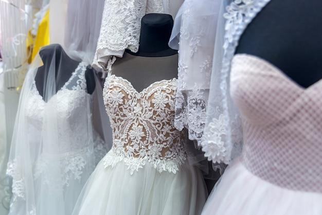 Suknie ślubne na manekinach w salonie dla nowożeńców