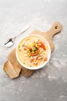 Sukotek, zupa krem z fasoli, kukurydza i papryka na desce