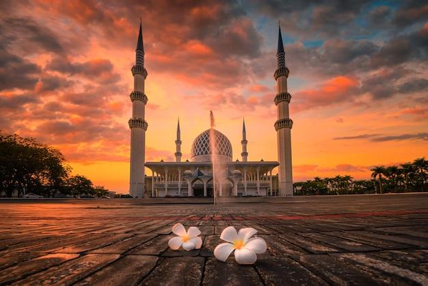 Sułtan salahudin abdul aziz shah meczet o zachodzie słońca w shah alam, malezja.
