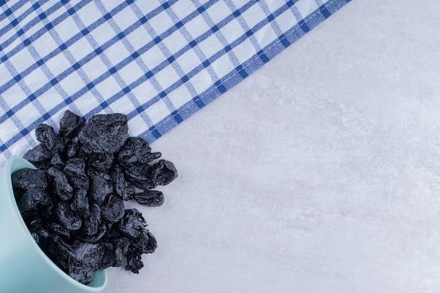 Sułtanki czarne suszone na białym tle na betonowym tle. zdjęcie wysokiej jakości