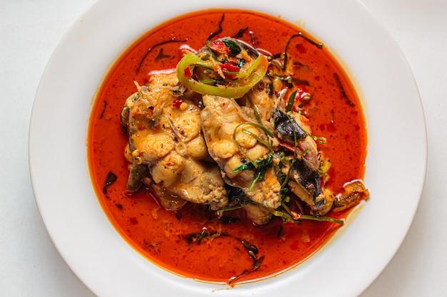 Sum z pikantną czerwoną pastą curry.