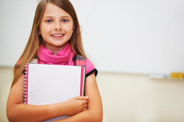Sumienny uczeń obok tablicy