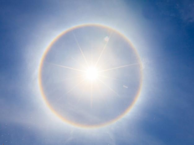 Sun halo i błękitne niebo