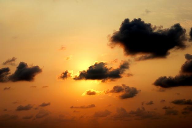 Sun set sky (czerwone i żółte niebo)