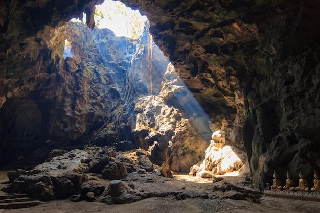 Sunbeam w jaskini kaoluang górze w phetchaburi thailand