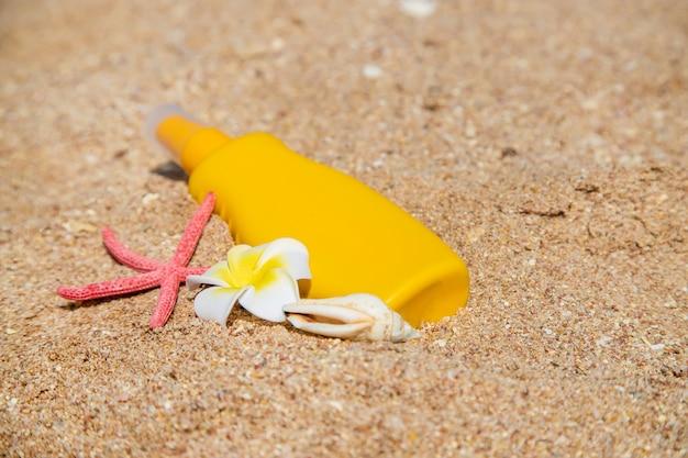 Sunblock na plaży. ochrona przed słońcem. selektywne ustawianie ostrości.