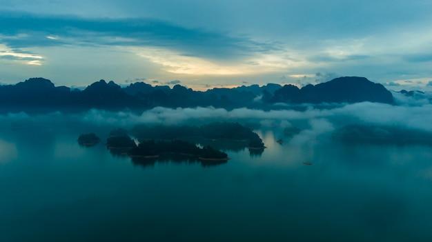 Sunligh jeziorna halna rajjaprabha tama, surat thani prowincja, tajlandia (chiao lan tama)