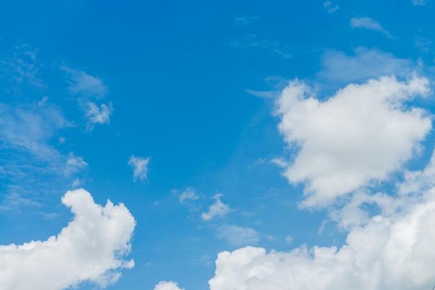 Sunshine chmury niebo podczas rano tła. błękitne, białe pastelowe niebo, miękkie fokus obiektywu rozżarzone światło słoneczne. abstrakcyjna rozmazany cyjan gradientu pokojowego charakteru. otwórz widok na okna piękne lato wiosna
