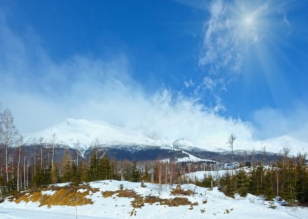 Sunshiny zimowy krajobraz górski