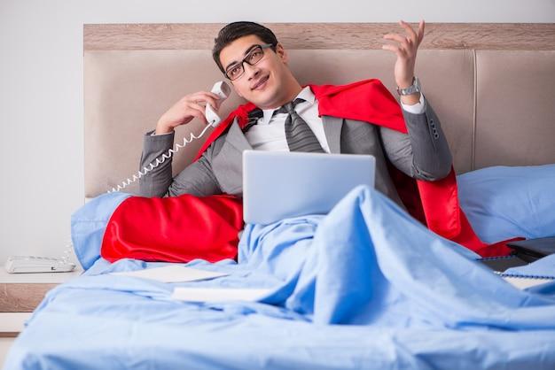 Super bohatera bizneswoman pracuje w łóżku