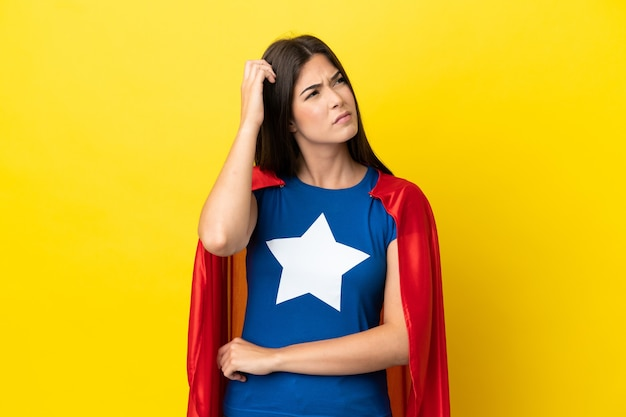 Super bohaterka brazylijska kobieta na białym tle na żółtym tle, mająca wątpliwości i zdezorientowany wyraz twarzy
