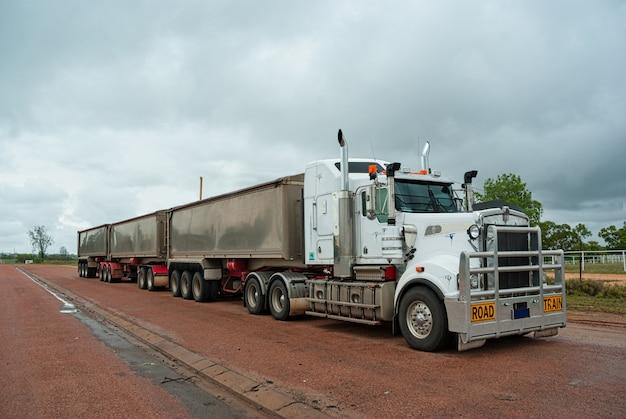 Super długa ciężarówka towarowa używana do transportu długich towarów w australii