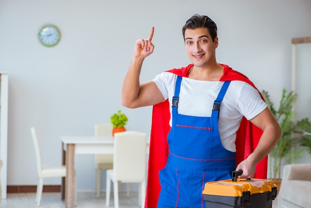 Super hero repairman pracujący w domu