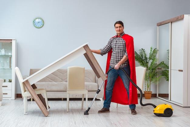 Super hero sprzątaczka pracująca w domu