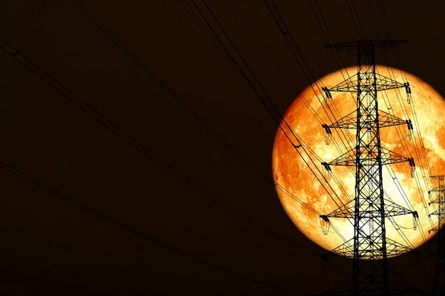 Super krew księżyca z powrotem sylwetka moc elektryczny słup i noc czerwona chmura sterty na niebie