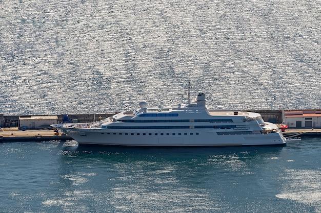 Super luksusowy jacht zacumowany w marinie, widok z lotu ptaka