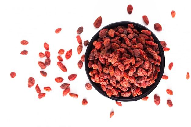 Super mózg jedzenie sucha jagoda goji w czarnej ceramicznej filiżance odizolowywającej
