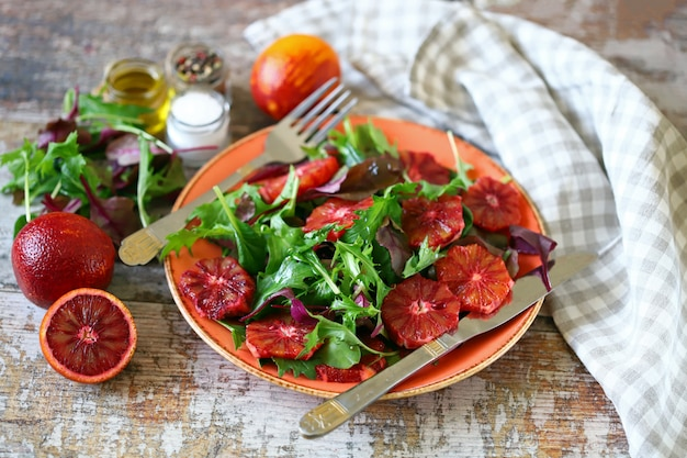 Super odżywcza sałatka detox z czerwoną pomarańczą i mieszanką sałatek.