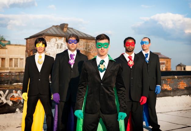 Superbohater biznesmenów pejzaż miejski drużyny pojęcie